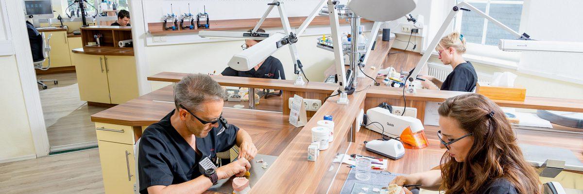 Vollanatomische Zirkonrestauration auf Implantaten, PEEK-Konstruktionen, Facehunter 3D-Gesichtsscanner und Planesystem